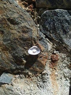 Dije Sueños de amor en conchita y perla de agua dulce, incluye cadena con baño oro $40.000