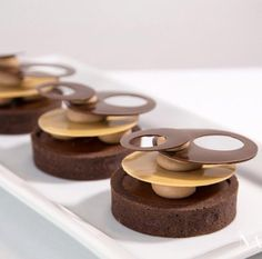 Skills Needed To Become A Patisserie Chef - Useful Articles Meringue Desserts, Fancy Desserts, Köstliche Desserts, Plated Desserts, Delicious Desserts, Desserts For A Crowd, Dessert Recipes, Amazing Food Images, Chocolat Valrhona