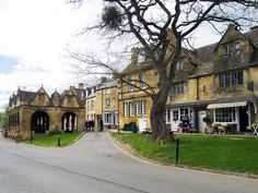 11 Beautiful Cotswolds Villages You Need To See - To Europe And Beyond Cool Places To Visit, Places To Travel, Places To Go, English Village, English Cottages, Places In Scotland, Day Trips From London, English Country Style, London Travel