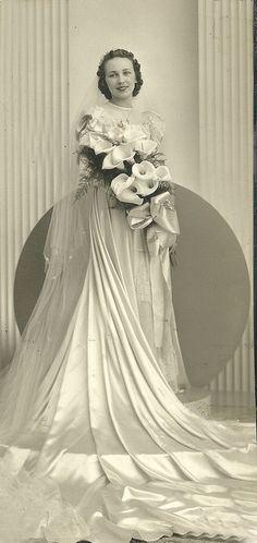 +~+~ Vintage Photograph ~+~+ 1930's Bride - gorgeous period dress, flowers and back drop.