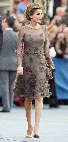 Princesse Letizia d'Espagne now Queen of Spain Royal Dresses, Day Dresses, Short Dresses, Elegant Dresses, Pretty Dresses, Beautiful Dresses, Spain Fashion, Look Fashion, Lace Dress