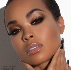Olhos com contorno beeem marcado com preto e sombra dourada na pápebra + pele perfeita e gloss nude