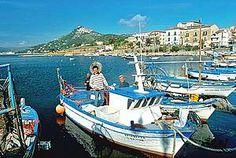 Cilento-Ferien: Berühmte Filmkulisse und Unesco-Weltkulturerbe - das Bergdorf Castellabate und die Fischer im Hafen von San Marco.