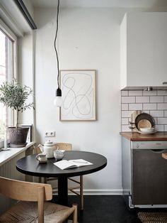 minimal home Minimal studio home - via Coco Lapine - Scandinavian Apartment, Scandinavian Kitchen, Scandinavian Interior Design, Home Interior, Scandinavian Style, Interior Decorating, Nordic Design, Kitchen Interior, Design Design
