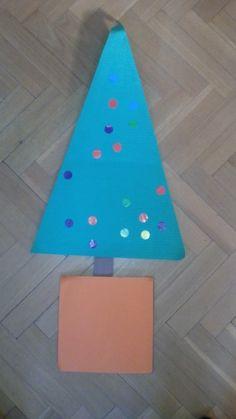 Árbol de navidad. Realizado con goma eva, cartulina, gomets y gomets.