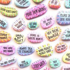 80 Top Painted Rock Art Ideas with Quotes You Can Do Erstaunliche 80 Top Painted Rock Art-Ideen mit Pebble Painting, Pebble Art, Stone Painting, Stone Crafts, Rock Crafts, Arts And Crafts, Rock Painting Ideas Easy, Rock Painting Designs, Rock Painting Patterns