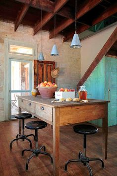 If Shabby Chic and Industrial Chic had a baby it would look a lot like Farmhouse Chic. Log Cabin Kitchens, Home Kitchens, Dream Kitchens, Farmhouse Chic, Farmhouse Table, Rustic Table, Texas Farmhouse, Wood Table, Vintage Farmhouse