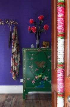 vintage colorful decor | Paredes con papel decorativo en tonos que combinan con los accesorios ...