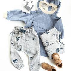 Jacke von Mini A Ture, Sweatjacke und Hose von Soft Gallery, Socken von Minipop, Schuhe von Bisgaard
