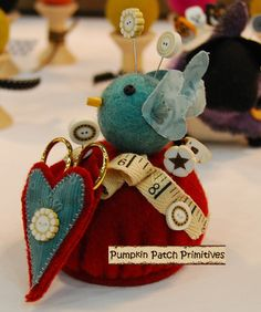 Coser con Encanto Make-Do Kit Acerico   Cute Pincushion but the heart scissors holder is cuter yet.