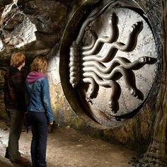 The circular door to the Chamber of Secrets, decorated with seven snakes that form its locking device, was not a digital effect, but rather a mechanical one that really worked. Mundo Harry Potter, Harry Potter Pin, Harry Potter Universal, Harry Potter Movies, Harry Potter World, Harry Potter Snake, Hermione Granger, Ron And Hermione, Ron Weasley