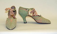 Bob shoes - - by Bob, Inc., 642 Fifth Avenue, N. (American) - Leather, silk - The Metropolitan Museum of Art Vintage Outfits, Vintage Shoes, Vintage Fashion, Fashion 1920s, Flapper Fashion, Art Deco Fashion, Fashion Shoes, Fashion Accessories, Suede Shoes