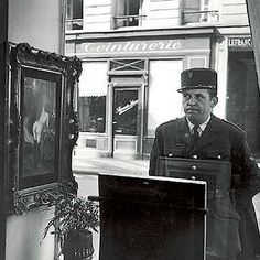 Robert Doisneau - Vitrine Galerie Romi, Paris, A gendarme looks disarmed by a nude painting in the window of the art dealer. Robert Doisneau, Black And White Pictures, Black White, Vintage Photography, Street Photography, Classic Photography, Photography Lessons, Modern Photography, Portrait Photography