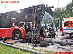BF Wien: Gelenkbus rammt Lichtmasten #bus #crash #firemen #feuerwehr