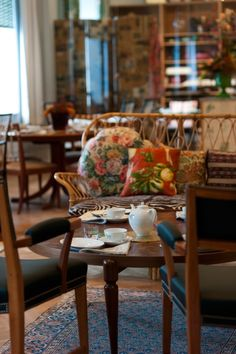 Afternnon tea at Svenskt Tenn in Stockholm could live there. Decor Interior Design, Interior Decorating, Swedish Interiors, Hearth And Home, Mix Style, Outdoor Furniture Sets, Outdoor Decor, Afternoon Tea, Sweden