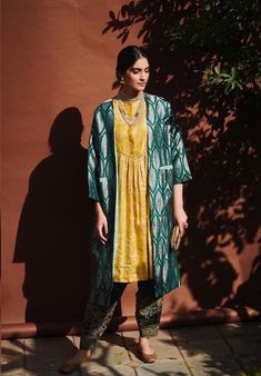 For a recent event, we spotted Sonam gorgeously dressed in a yellow kurta with embroidered green salwar pants and a matching brocade jacket. Malang, Bollywood Celebrities, Bollywood Actress, Sunita Kapoor, Sonam Kapoor Wedding, Salwar Pants, Yash Raj Films, Hd Movies Download, Bollywood Updates