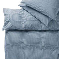 Sie würfeln zwei Farben und ganz viele kleine Quadrate zusammen - fertig ist das klassische Karomuster der Salisbury-Bettwäsche. Das Set umfasst einen Bettbezug (200 x 200 cm) und zwei Kissenbezüge (80 x 80 cm) mit Reißverschlüssen. Reine Baumwolle in feiner Perkal Qualität. Das dichte Gewebe und die besondere Kämmung der Fasern machen die Baumwolle besonders weich und leicht glänzend. Eine weitere Größe und einzelne Kissenbezüge erhältlich - auch in einer weiteren Farbe.