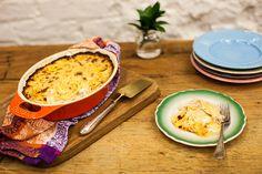 Um jeito saboroso de reaproveitar as sobras do frango assado: o gratinado sai quentinho do forno, alimenta e conforta. Parece almoço na casa da avó!