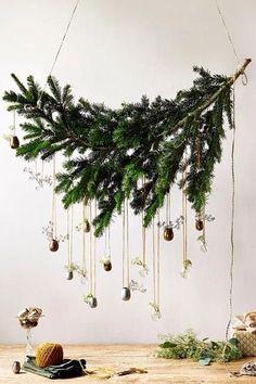 Une branche à suspendre pour remplacer le sapin de Noël. On y accroche des petites décorations de Noël...