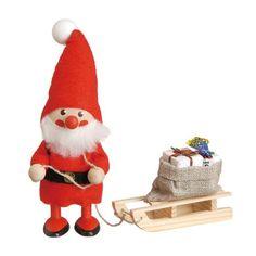【ノルディカデザイン】のサンタのニッセ人形です。とても素朴で可愛らしい印象の人形ですのでギフトにおススメです。  ※こちらの商品は手工芸品につき、商品に個体差がございます。ご理解ご了承の程お願い致します。  Nordika Design(ノルディカ デザイン) 赤い帽子のニッセ達や森の妖精、ハンドメイドの人形達が見る人を和ませます。オーナー兼デザイナーのMr.KALLE(カレ氏)の家は古い農家を改装したもの。天井が高くて広い部屋、外は森・川のやさしい自然の音、子供たちの笑い声、たくさんの愛すべきものからインスピレーションを得てノルディカのデザインが誕生します。