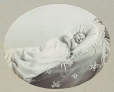 Queen Elizabeth als Baby Elizabeth Young, Elizabeth Of York, Queen Elizabeth Ii, Prinz Philip, Prinz William, Royal Family Pictures, Queen Pictures, George Vi, Baby George
