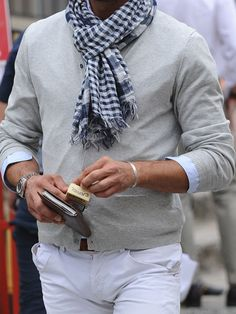 Discover the details that make the difference of the best unique people with a lot of Ways To Wear A Scarf, How To Wear Scarves, Mode Man, Mens Attire, Herren Outfit, Latest Mens Fashion, Gentleman Style, Mens Clothing Styles, Stylish Men
