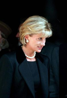 Princess Diana Hair, Princess Diana Pictures, Princess Of Wales, Lady Diana Spencer, Diana Fashion, Princes Diana, Queen, Most Beautiful Women, Short Hair Styles