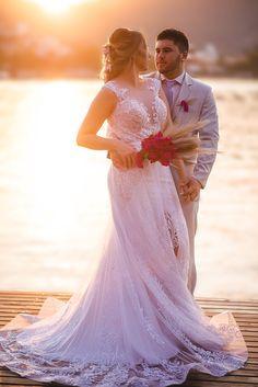 #elopement #elopementwedding #wedding #noiva2020 #noiva #noivos #buque #bouquet #casamento #pordosol #casamentoaoarlivre #recemcasados #casamentoadois #fugindoparacasar #fugindopracasar #casei Elopement Wedding, Elope Wedding, Wedding Dresses, Lace, Fashion, Newlyweds, Running Away, Outside Wedding, Grooms