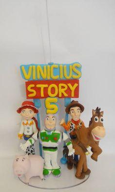 Topo de Bolo + Vela com o tema Toy Story. Em porcelana fria (biscuit), totalmente modelado a mão, sem a utilização de qualquer molde ou forminha. Podemos personalizar este topo do jeito que vc precisar, envie-nos sua idéia que teremos o maior prazer em atender. No ato do fechamento, favor informar o cep para o cálculo do envio, que é por conta do cliente. Obrigada por sua visita, volte sempre!!! R$ 135,00