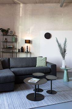 Stylová a prostorná pohovka čalouněná příjemnou látkou. Sofa, Couch, Table, Furniture, Home Decor, Products, Settee, Settee, Decoration Home