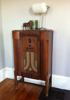 love this vintage art-deco radio and wait till you see how they modernized it.....