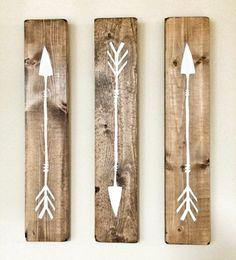 dessin-flèches-peinture-blanche-sur-des-planches-de-bois-idée-déco-chambre-amérindienne-idée-comment-décorer-sa-chambre-decoration-murale-diy