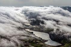 Stóra-Kattartjörn: Interessante Wolkenbildung über dem Stóra-Kattartjörn (vorne) und dem Litla-Kattartjörn (hinten). Die Seen liegen am Berg Kyllisfell (links unter den Wolken) in einem Gebiet etwa mittig zwischen Hveragerði und der Südspitze des...