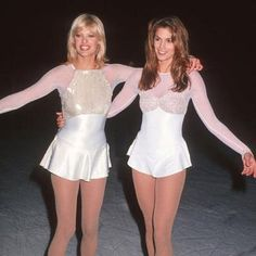 linda evangelista cindy crawford ic skating at pediatric aids benefitinny 1994 Clueless Fashion, 90s Fashion, Vintage Fashion, Fashion Trends, Celebrities Fashion, Fashion Images, High Fashion, Hip Hop Outfits, Cool Outfits