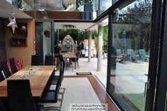Eine Besonderheit dieses modernen Wintergartens ist die Hebeschiebetüren Eckkonstruktion, die einen schwellenlosen Übergang nach Draußen ermöglicht. Besonders angenehm dabei ist die Tatsache, dass es einen störungsfreien Übergang von einem Raum in den nächsten bzw. nach draußen gibt.  Störungsfrei deshalb, weil es keine Behinderungen wie Türschwellen oder dergleichen gibt. Solche Konstruktionen erfreuen sich immer größerer Beliebtheit.  Conference Room, Table, Design, Furniture, Home Decor, Modern Conservatory, Nice Asses, Decoration Home, Room Decor