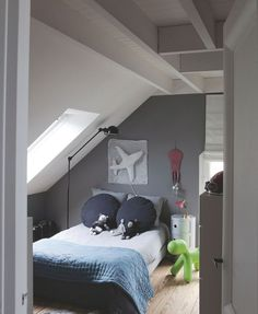 Furnished attic: rooms and rooms to save space Trendy Bedroom, Kids Bedroom, Small Bedrooms, Bedroom Ideas, Bedroom Decor, Kb Homes, Interior Design Layout, Attic Rooms, Room Interior
