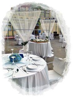 As mesas em tom azul e branco...