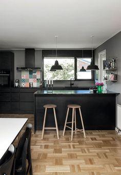 Elegant, sort og med farverige fliser