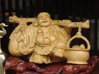 buda de la prosperidad Se le identifica cargando un fardo o bolso de tela conteniendo artículos valiosos, comida, dulces para los niños, cuyo contenido nunca se acaba. En su mano tiene un abanico mágico llamado oogi que cumple los deseos.