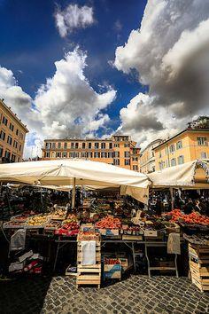 El mercado del Campo de' Fiori http://www.viajararoma.com/lugares-para-visitar-en-roma/campo-defiori/ #Roma