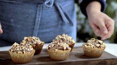 Receita com instruções em vídeo: Receita fácil e deliciosa de cupcake de Nutella.  Ingredientes: 1 xícara de nutella, 1 ¼  xícara de farinha de trigo, 2 ovos, 30g de avelãs picadas