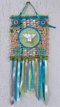 ESTANDARTE DIVINO NA PALHA no Elo7 | ARTECOLÓGICA (F335E0) Mexican Embroidery, Corpus Christi, Dream Catcher, Decoupage, Diy Crafts, Frame, Party, Home Decor, Twine Crafts
