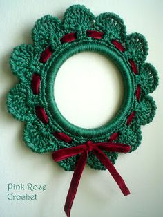 Pink Rose Crochet: Christmas wreaths with ribbons Tie Crochet Christmas Decorations, Crochet Decoration, Christmas Crochet Patterns, Christmas Wreaths, Christmas Crafts, Crochet Wreath, Crochet Ornaments, Crochet Snowflakes, Crochet Rings