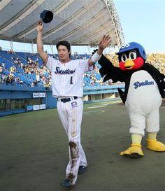 7月3日 YS-G ファンの声援に応えるヤクルト・山田=秋田こまちスタジアム(撮影・塩浦孝明)  燕・山田が2日連続のヒーロー! 本塁打のコツは「ありのままに行く」