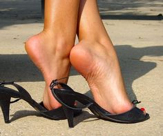 Perfect shoes, perfect feet, perfect arches ❤️ via Beautiful High Heels, Gorgeous Feet, Beautiful Legs, Feet Soles, Women's Feet, Sexy Legs And Heels, Sexy High Heels, Barefoot Girls, Pantyhose Heels