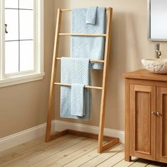 porte-serviette bois sur pied de type échelle et vasque en pierre