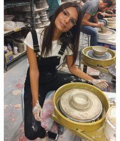 Emily Ratajkowski en plein cours de poterie
