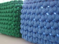 Koszyki ze sznurka bawełnianego zrobione są ze sznurka 5mm, który jest gruby dzięki czemu koszyki są sztywne. Można je prać w temp 40 stopni. Zestaw to 4 kolory koszyków w kwadracie. Łatwiej je wtedy umieścić na półce, czy tacy. Wielkość koszyka to ok 14na 14 cm, a wysokość 10 cm.  W skład zestawu wchodzą: - koszyk zielony+ 5 klocków zielonych - koszyk czerwony+ 5 klocków czerwonych - koszyk niebieski+ 5 klocków niebieskich - koszyk żółty+ 5 klocków żółtych