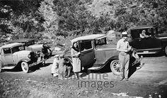 Motorisierter Familienausflug, 1928. Eine Reifenpanne beim Familienausflug im Imperial-Valley in Kalifornien. Die Herren versuchen, das Rad zu wechseln, während die Dame an der Autotüre posiert. Die vier Autos sind von Ford und Chevrolet, Baujahr ca. 1928. Zeitlmeir/Timeline Images #20er #1920er #Kalifornien #Ausflug #Ford #Chevrolet #Cabrio #Sommer #Familie #Reifenpanne #Oldtimer