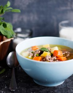 Tuorekset-reseptit - Jauhelihakeitto salvialla. Helppoa ja hyvää perusruokaa. Kun ruskistat jauhelihan kattilan pohjalla, tulee tiskiä sen lisäksi puulasta ja soppakauha. Salvia, Sage